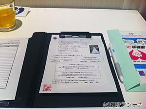 テーブルの上にあったプロフィールカード。