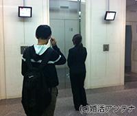 婚活パーティー会場へ向かうエレベーター